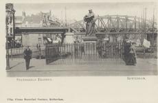 PBK-2590 Het standbeeld van Erasmus aan de Grotemarkt, uit het westen gezien, op de achtergrond het spoorwegviaduct.