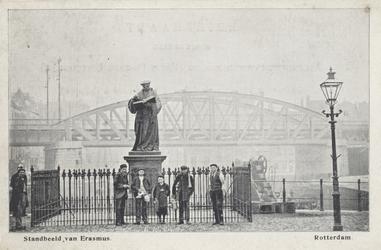 PBK-2591 Het standbeeld van Erasmus aan de Grotemarkt, uit het westen gezien, op de achtergrond het spoorwegviaduct.