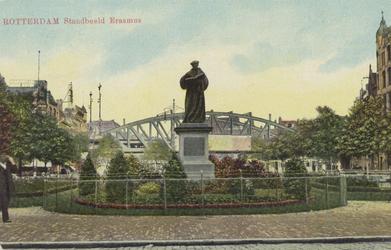 PBK-2592 Gezicht op het standbeeld van Erasmus aan de Grotemarkt, uit het westen, op de achtergrond het spoorwegviaduct.