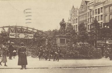 PBK-2596 Gezicht op de Grotemarkt met het standbeeld van Erasmus, uit het noordwesten vlak bij een bushalte, rechts bij ...