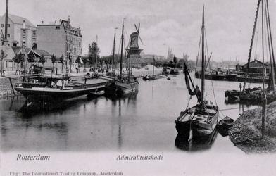 PBK-26 Boerengat met links op de achtergrond gebouwen aan de Admiraliteitskade. In het midden oliemolen De Reus. Uit ...