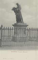 PBK-2603 Het standbeeld van Erasmus aan de Grotemarkt, rondom een hekje.