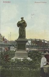 PBK-2605 Het standbeeld van Erasmus aan de Grotemarkt, vanuit het westen, op de achtergrond het spoorwegviaduct.