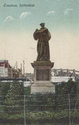 PBK-2609 Het standbeeld van Erasmus aan de Grotemarkt, op de achtergrond het spoorwegviaduct.