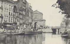 PBK-2633 Gezicht op de Delftsevaart. Links het begin van het Haagseveer met de Delftse Poort, rechts de Galerijbrug, ...