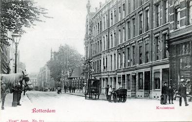PBK-264 Gezicht in de Kruisstraat. Recht tegenover de ingang van de Diergaarde (rechts) eindigde de Diergaardelaan.