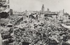 PBK-2644 Gezicht op de door het Duitse bombardement van 14 mei 1940 getroffen panden aan het Hang, rechts een rand van ...