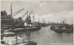 PBK-2705 Schepen in de Rijnhaven vanuit het oosten. Op de achtergrond de kade aan de zuidzijde met loodsen van de ...