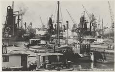 PBK-2711 Maashaven met op de voorgrond binnenvaartschepen en op de achtergrond graanelevators voor overslag bij grote ...