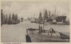 PBK-2713 Graanelevators voor overslag bij schepen in de Maashaven, op de voorgrond een gedeelte van een aangemeerd ...