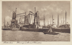 PBK-2715 Overslag met elevators bij schepen in de Maashaven.