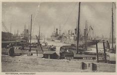 PBK-2718 Binnenvaartschepen op de voorgrond en vrachtschepen enigszins op de achtergrond in de Rijnhaven