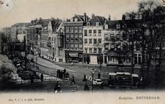 PBK-275 De oostzijde van de Schiekade sloot met een flauwe bocht aan op het Hofplein, rechts. In het eerste pand op het ...