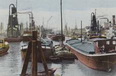 PBK-2752 Overslag met graanelevators bij schepen in de Rijnhaven.
