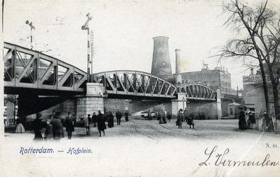 PBK-279 Onder het spoorwegviaduct door is de Pompenburgsingel. Met daarbij de Blauwemolen, die dateert van 1772 en in ...