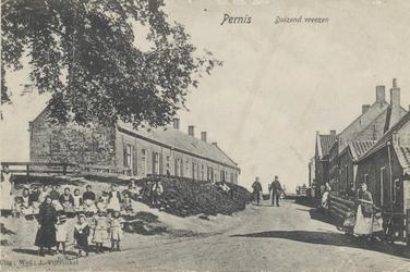 PBK-2845 Gezicht op enkele huizen aan de Heijsedijk in Pernis, vanuit de Jachtdijk. Uit het zuidwesten.