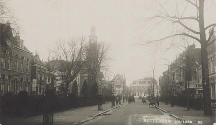 PBK-2883 Gezicht in de Hoflaan, uit het zuiden. Links op nummer 1 aan de westzijde, de Nederlandse Hervormde Hoflaankerk.