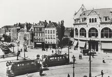 PBK-2926 Gezicht op het Hofplein met het stationsgebouw en café-restaurant Loos, in het midden de Rammpoortstraat, ...