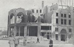 PBK-2939 Gezicht op de door het Duitse bombardement van 14 mei 1940 getroffen station Hofplein en café-restaurant Loos ...