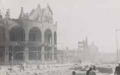 PBK-2940 Gezicht op de door het Duitse bombardement van 14 mei 1940 getroffen station Hofplein en café-restaurant Loos ...