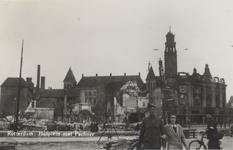 PBK-2955 Gezicht op de door het Duitse bombardement van 14 mei 1940 getroffen dancing Pschorr met op de achtergrond de ...