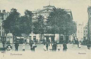 PBK-3024 Gezicht op het Van Hogendorpsplein, uit het westen. Op de achtergrond het Schielandshuis,met het standbeeld ...