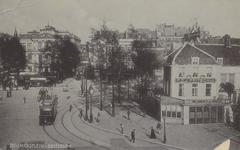 PBK-3046 Van Hogendorpsplein, vanuit het westen, rechts café Fritschij. Op de achtergrond het Schielandshuis.