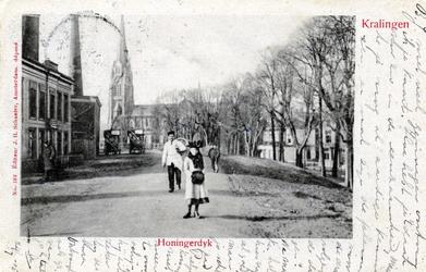 PBK-3061 Honingerdijk, gezien uit het zuidoosten. Op de achtergrond de rooms-katholieke Sint-Lambertuskerk aan de ...