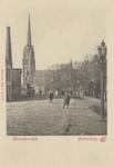 PBK-3062 De Honingerdijk, uit het zuidoosten gezien. Op de achtergrond de rooms-katholieke Sint-Lambertuskerk aan de ...