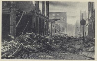 PBK-3097 Gezicht in de door het Duitse bombardement van 14 mei 1940 getroffen Hoofdsteeg. Links het verwoeste pand van ...