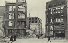 PBK-3098 Gezicht in de door het Duitse bombardement van 14 mei 1940 getroffen Hoofdsteeg, met verwoeste panden onder ...