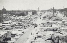 PBK-3154 Gezicht op de door het Duitse bombardement van 14 mei 1940 getroffen Hoogstraat. Vanuit het westen. Op de ...