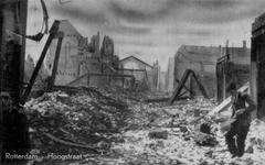 PBK-3156 Gezicht op de door het Duitse bombardement van 14 mei 1940 getroffen Hoogstraat, vanaf het spoorwegviaduct ...