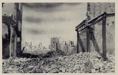 PBK-3157 Gezicht op de door het Duitse bombardement van 14 mei 1940 getroffen Hoogstraat, naar het westen, vanaf de ...