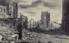 PBK-3158 Gezicht op de door het Duitse bombardement van 14 mei 1940 getroffen Hoogstraat, vanuit het westen, vanaf het ...
