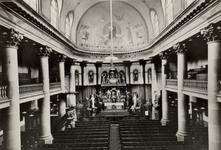 PBK-3175 Interieur van de rooms-katholieke Sint-Laurentiuskerk aan de Houttuin. In het midden het hoofdaltaar.