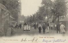 PBK-3182 Bezoekers van de kermis aan de Hugo de Grootstraat, vanuit het zuiden. Op de achtergrond de rooms-katholieke ...