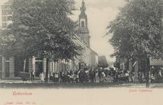 PBK-3195 Jacob Catsstraat, vanuit het zuiden. Links de Nederlandse Hervormde Noorderkerk. Op de voorgrond de Noordsingel.