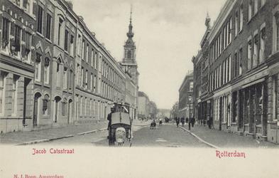 PBK-3196 Gezicht in de Jacob Catsstraat, uit het zuiden. Links de Nederlandse Hervormde Noorderkerk. Rechts de ...
