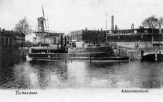 PBK-32 Een vaartuig van de Koninklijke Marine aan de Admiraliteitskade. Op de achtergrond het Oostplein met molen De Noord.