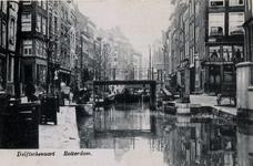 PBK-323 De hoge Krattenbrug over de Delftsevaart. Links van de brug de Bagijnenstraat, ertegenover het begin van de ...