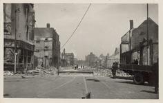 PBK-3251 De op 14 mei 1940 door het Duitse bombardement getroffen Jonker Fransstraat, vanaf de Goudsesingel vanuit het ...