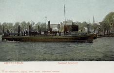 PBK-3286 Veerboot van de veerdienst Katendrecht bij de Veerdam. Op de achtergrond panden aan Westerkade z.z. en rechts ...
