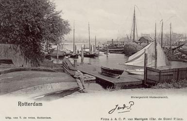 PBK-3287 De Linker Veerhaven, vanuit het zuiden. Links schepen van de Roei- en zeilvereniging De Maas , die achter de ...