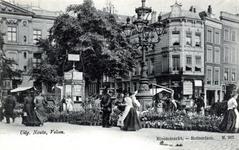 PBK-331 Bloemenmarkt op het Van Hogendorpsplein voorheen Boymansplein. Op de achtergrond geheel links een gedeelte van ...