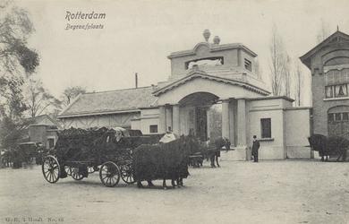 PBK-3334 De ingang van de Algemene Begraafplaats Crooswijk aan de Crooswijksebocht met op de voorgrond een ...