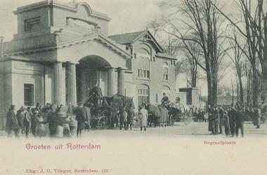 PBK-3335 De ingang van de Algemene Begraafplaats Crooswijk met op de voorgrond een begrafeniswagens en paarden. Boven ...