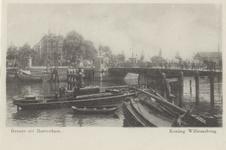 PBK-3466 De Koningsbrug over de Oudehaven, uit het noordwesten. Op de achtergrond panden aan het Oudehoofdplein.