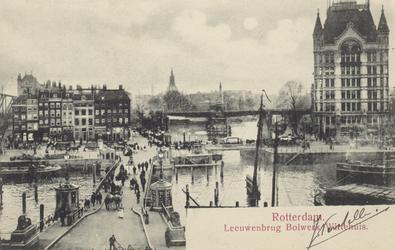 PBK-3506 De Koningsbrug over de Oudehaven, uit het oosten. Op de achtergrond links het Bolwerk en rechts het Witte ...