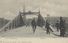 PBK-3524 Koninginnebrug, vanuit het noorden. Op de achtergrond de rooms-katholieke Martelaren van Gorkumkerk aan het ...